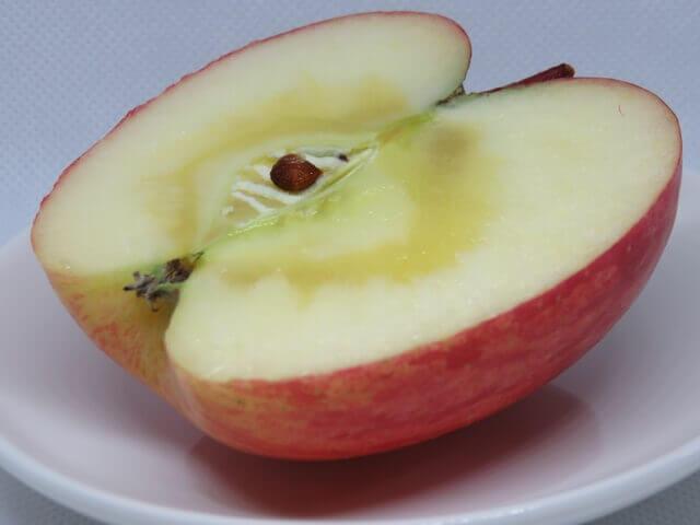 記事タイトル『りんごの皮がベタベタするのはなぜ?油っぽいのに食べても大丈夫な理由』のアイキャッチ画像