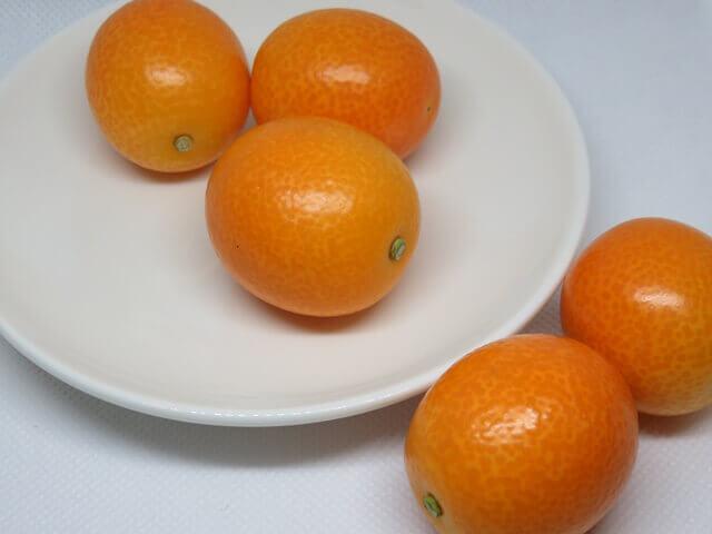 記事タイトル『金柑の食べ方は丸ごとがオススメ!皮ごと食べるべき理由と効能』のアイキャッチ画像