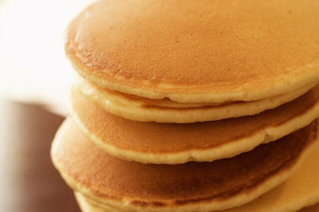 記事タイトル『ホットケーキのおすすめトッピングを紹介!しょっぱいものから家にあるものの簡単レシピ』のアイキャッチ画像