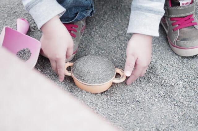 爪が長い子が砂遊びをすると爪に砂が入るというイメージ画像