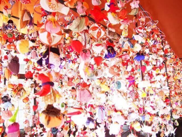 記事タイトル『つるし雛は雛人形の代わりになる?込められた願いや飾りの種類と意味についても』のアイキャッチ画像