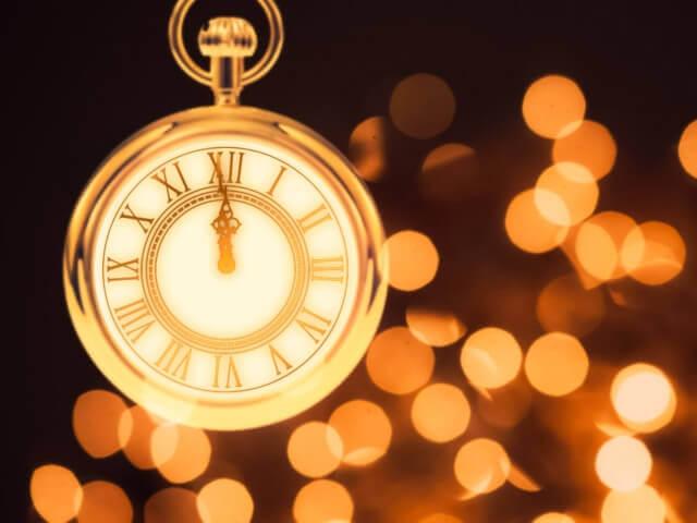 時計が12時を指しているイメージ画像