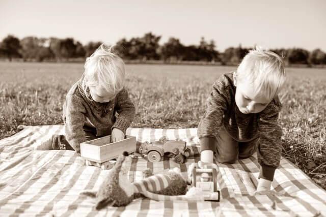 おもちゃで遊ぶ子供のイメージ画像