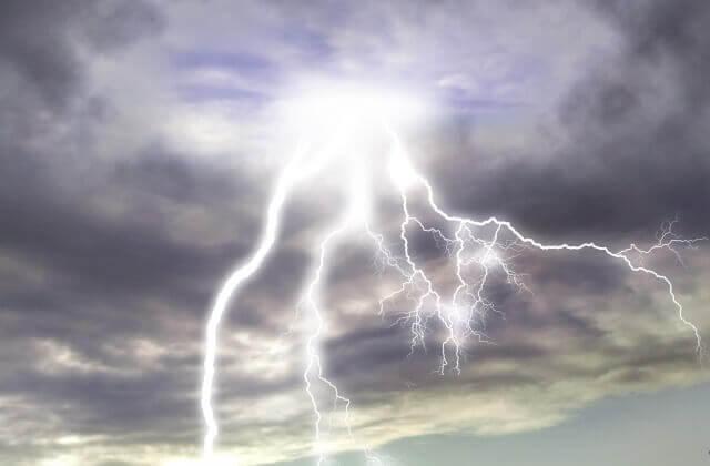 雷が落ちるイメージ画像
