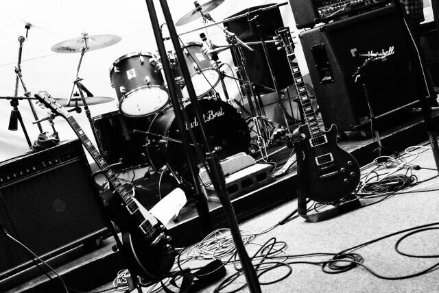 バンド系のアーティストをイメージした画像