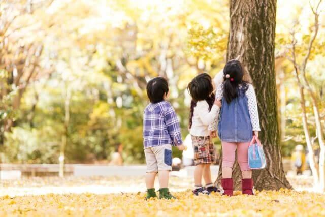 秋の公園で遊ぶ子供たちのイメージ画像
