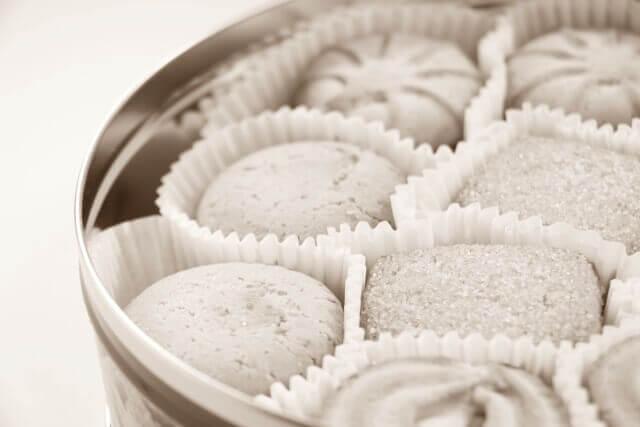 丸い缶に入ったクッキーのイメージ画像