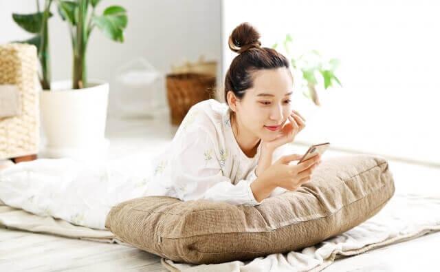 スマホを操作する女性のイメージ画像