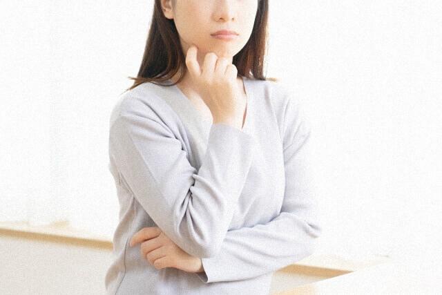 考え事をしている女性のイメージ画像