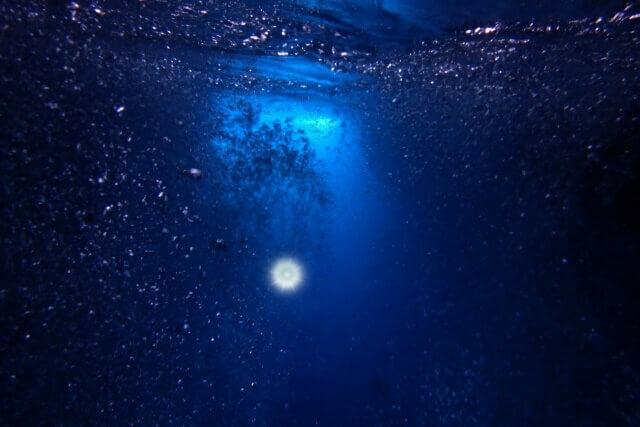 海底に沈む宝石のイメージ画像
