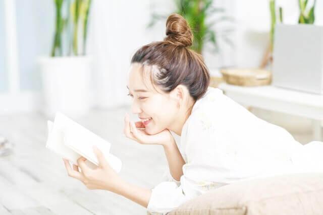 読書を楽しんでいる人物のイメージ画像