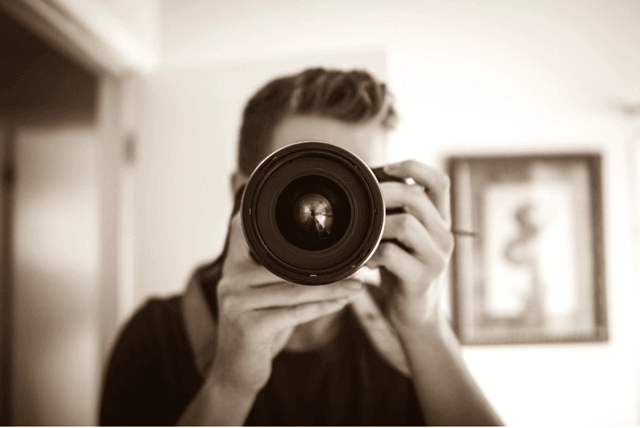 カメラを向けている人物のイメージ画像