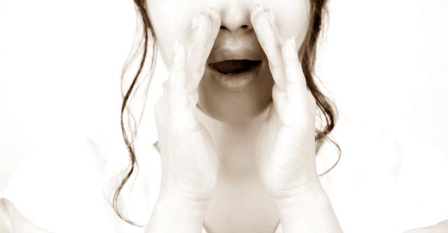 内緒の話をする女性のイメージ画像